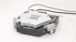 New nanopositioning system based on magnetic levitation: the passive rod levitates on a magnetic field, which actively guides it. In this way, objects can be moved linearly or rotationally on a plane with a previously unattained guiding accuracy